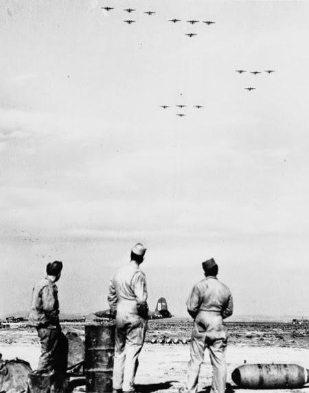 Personale di terra della base sarda di Decimo guarda una formazione di B-26 in viaggio verso l'Italia.