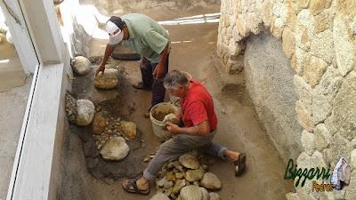 Bizzarri, da Bizzarri Pedras, trabalhando na construção de um lago de carpas em jardim de inverno com a parede de pedra e a cascata de pedra. Fazendo a construção do lago com pedra do rio com tamanhos variados em residência em condomínio em Atibaia-SP.