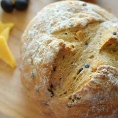 Receta para preparar pan rústico de aceitunas y romero