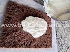 Prajitura cu cocos si ciocolata asamblare reteta - intindem crema pe blat