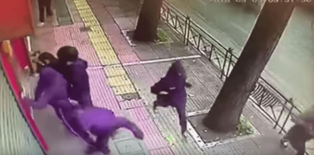 Βίντεο με τους αναρχικούς να σπάνε με σφυριά τα ΕΛΤΑ στην Πατησίων