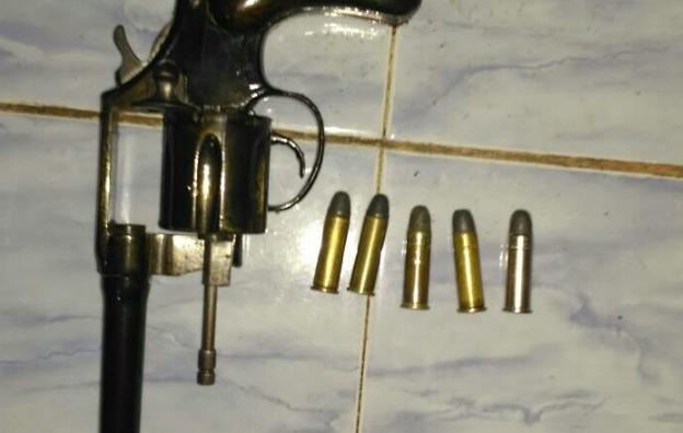 Warga Menyerahkan 1 Pucuk Senjata Jenis Colt's kepada Polisi