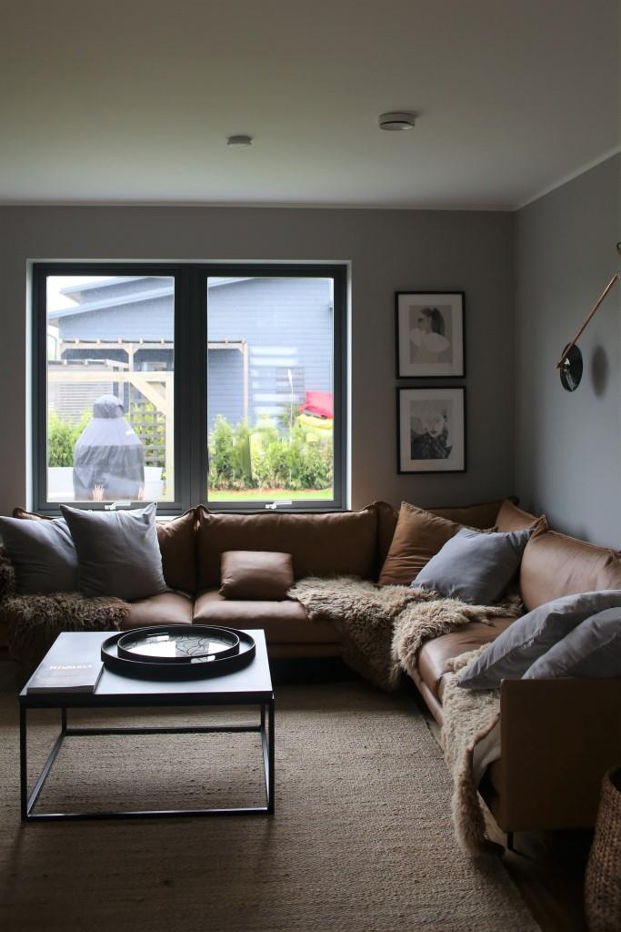 Pohjanvalo, olohuone, Cobellon matto, HTC-collection sohva, lampaan taljat