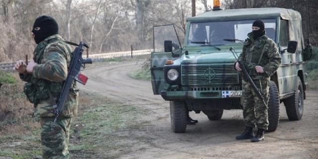 Ο στρατός κατασκευάζει «αποτρεπτικά εμπόδια» στον Έβρο-Τούρκοι στρατιώτες παρακολουθούν