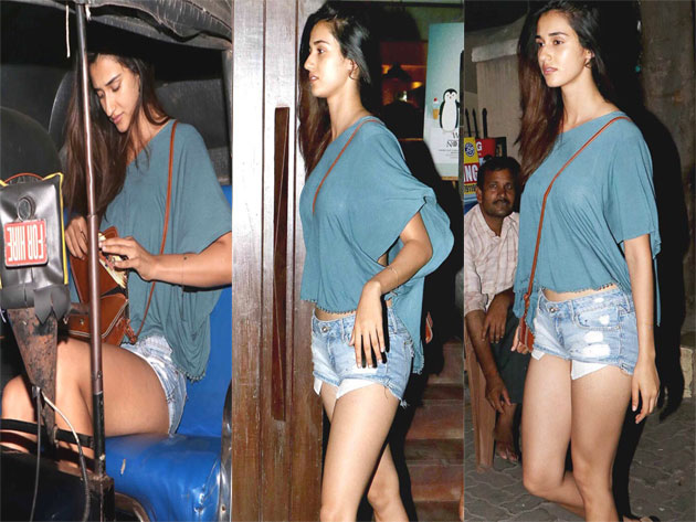 Omg Dhonis Girl Friend Shows Her Sexy Thighs In Public