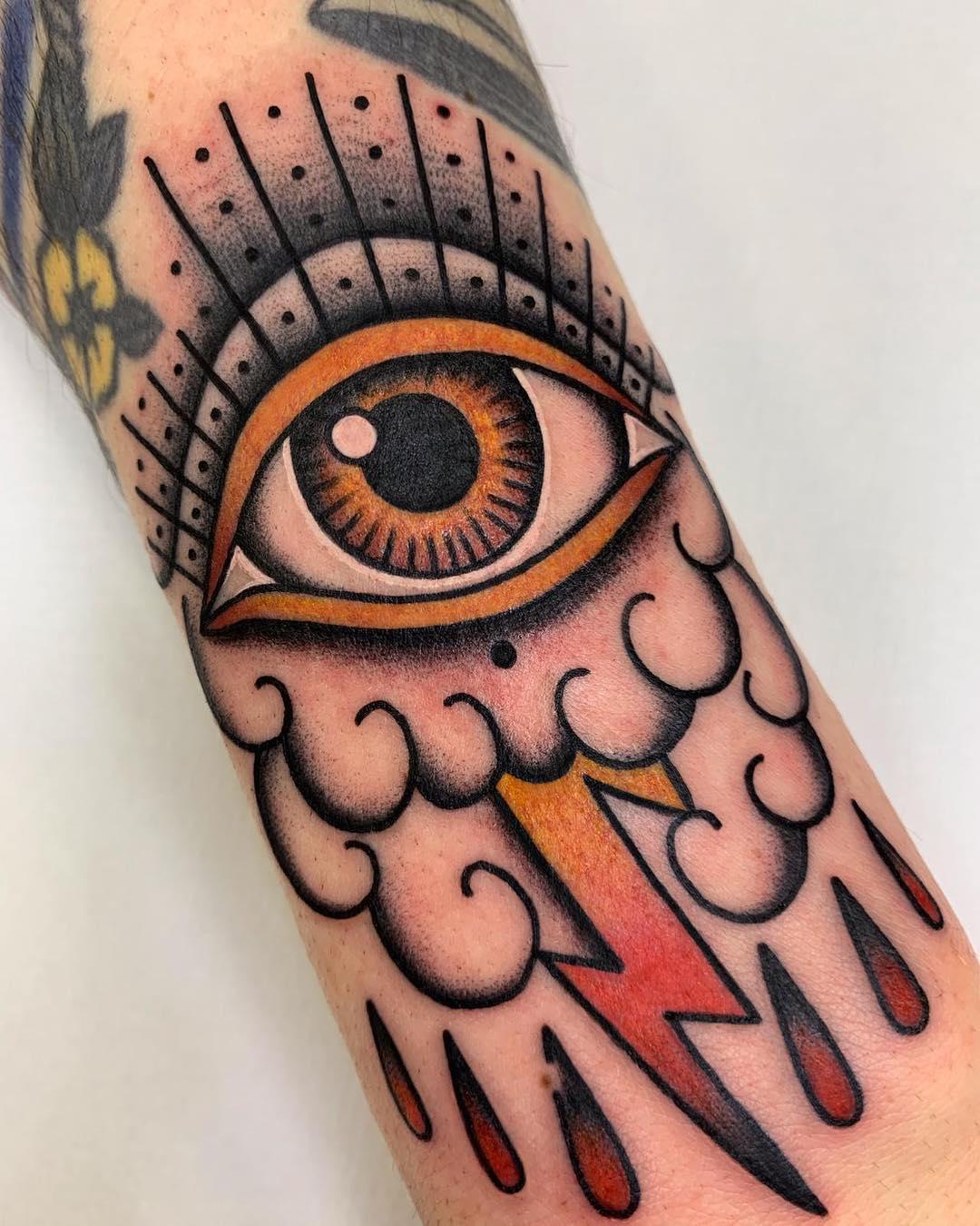 tatuagem old school masculino colorida preta no braço