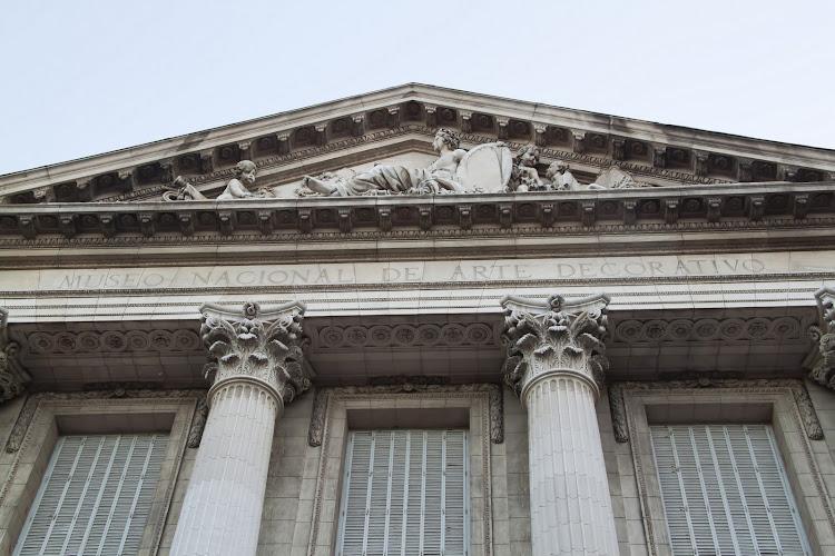 Escultura en lo alto fachada Del Museo Arte Decorativo de Bs.As.