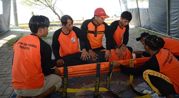 Nelayan Banyuwangi Belajar Evakuasi Korban di Laut