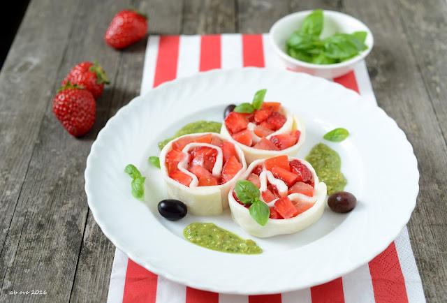 sfoglia-di-mozzarella-fatta-in-casa-con-pomodoro-fragole-salsa-al-basilico
