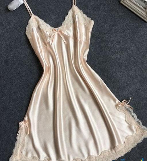 9bc091965d14f قميص نوم رائع من الساتان من اللون البيج ومحلى بإطار بيج عند الأطراف وأيضا  على منطقة الصدر وبه فيونكه ستان في منتصف الصدر يعطى جمال وأناقة لقميص النوم.