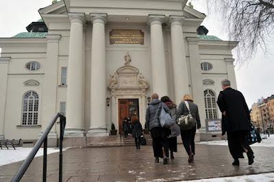 Medlemmar ur Sundsvalls kammarkör på väg till Gustaf Vasa kyrka. Foto: Staffan Norberg