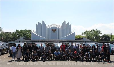Foto bersama media dan all crew NJS Jawa Barat di Monumen Perjuangan Bandung