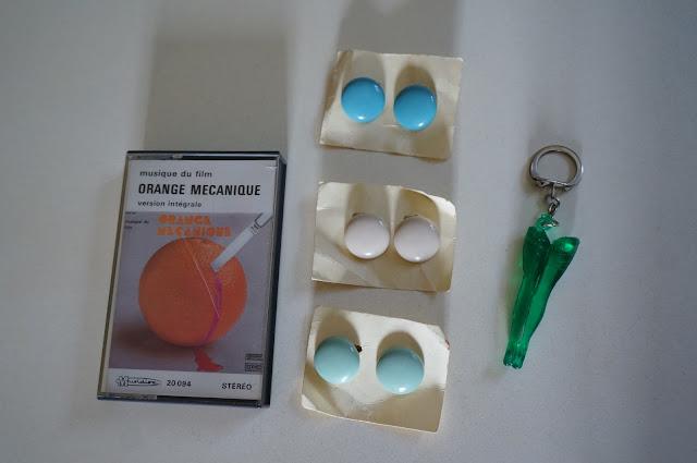 des boucles d'oreille, une k7 Orange Mécanique , des gambettes en porte clé  vintage earrings , Clockwork Orange tape , key ring leg 60s 70s 1960s 1970s années 60 70