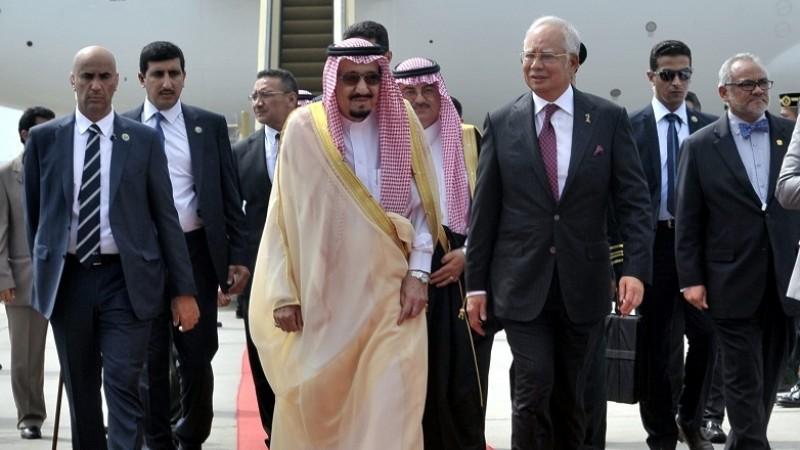 Raja Salman saat tiba di bandara Malaysia
