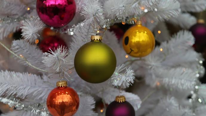 Wallpaper: White Christmas Tree with Balls