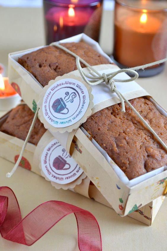 Idéia linda de embalagem para bolo caseirinho: forminha em papel, cordão e tag.