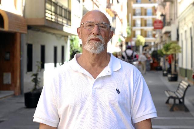 http://huelvabuenasnoticias.com/2016/06/21/juan-antonio-manjavacas-un-quijote-que-siempre-tiene-la-mochila-preparada-para-ayudar-a-los-que-lo-necesitan/