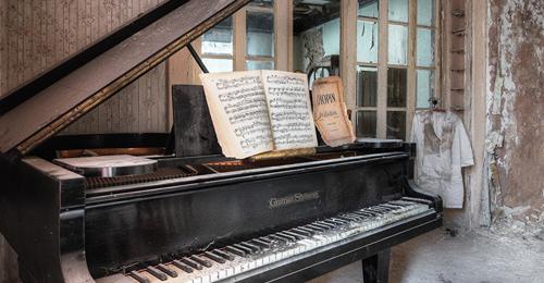 ذهبوا ببيانو قديم لأصلاحه وأثناء فتح العمال له لإصلاحه ما وجدوه كان مذهلا  لا يصدق