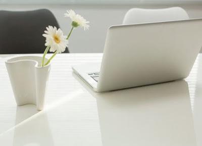 Computador portátil en un escritorio blanco