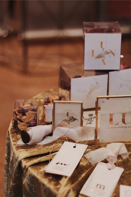 Nowoczesna, stylowa papeteria ślubna dla świetnych panien młodych (cool bride). Złoto, róż, płatki róż, papeteria, zaproszenia, zaproszenia na ślub, pieczęć, lakowane koperty, prezenty dla gości, numery stołów. Alternatywne Targi Ślubne Happy Together.