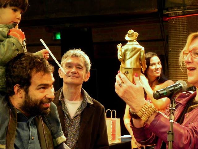 Serginho Groisman, apresentador do evento ao lado da Laerte segurando uma estatueta do prêmio HQ Mix