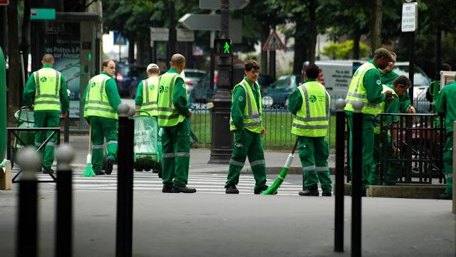 Pekerja Sanitasi Paris sedang bersiap-siap untuk turun di medan tempur (en.rfi.fr)