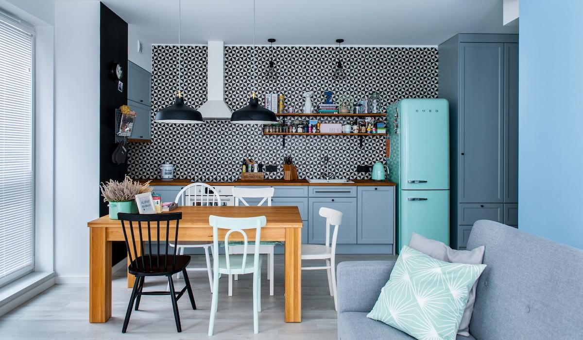 Tonuri jucăușe de albastru într-un apartament de 55 m² din Varșovia.