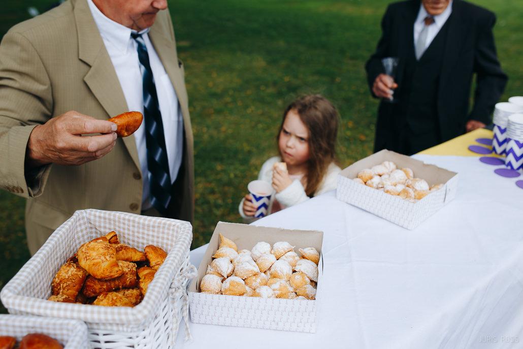 ēdiena daudzums uz kāzu galda