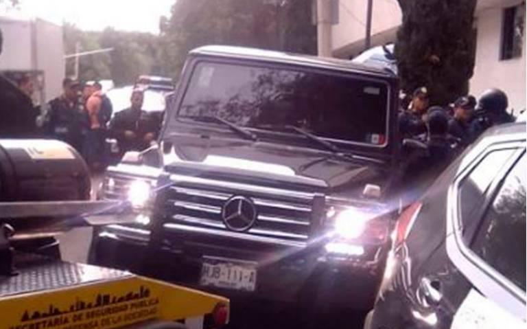 Hombres armados se atrincheran en camioneta de lujo blindada