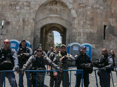 Israel tira detectores de metal mas tensão continua