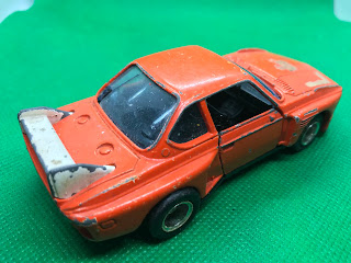 BMW 3.5CSL のおんぼろミニカーを斜め後ろから撮影