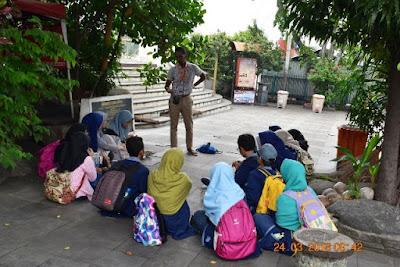 mas farid jakarta good guide sedang menjelaskan sejarah jembatan kota intan kepada murid mtsn 4 kelas bilingual