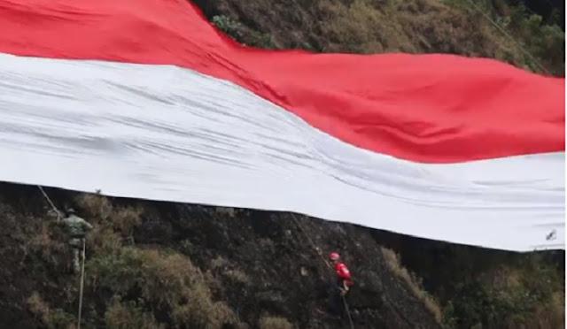 Sambut HUT RI Ke-73, Merah Putih Raksasa Membentang di Batu Tumpang