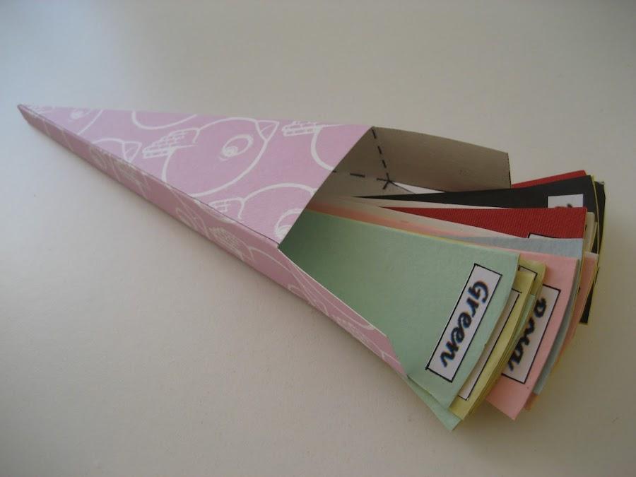 Caja triangular con fichas de colores