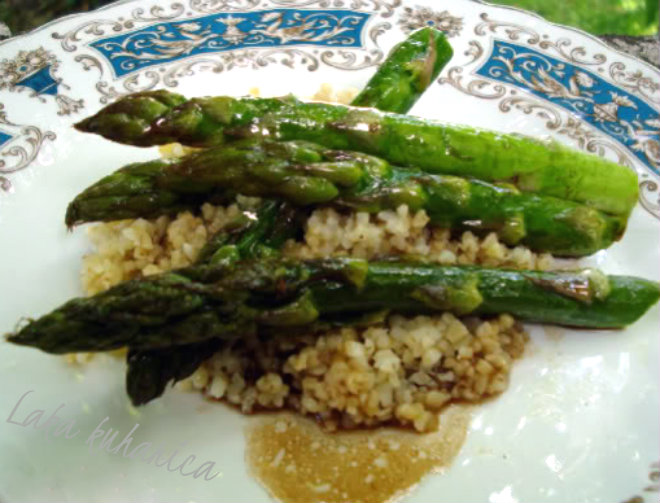 Baked asparagus with balsamic sauce and bulgur by Laka kuharica: delicious, healthy and super easy side dish.