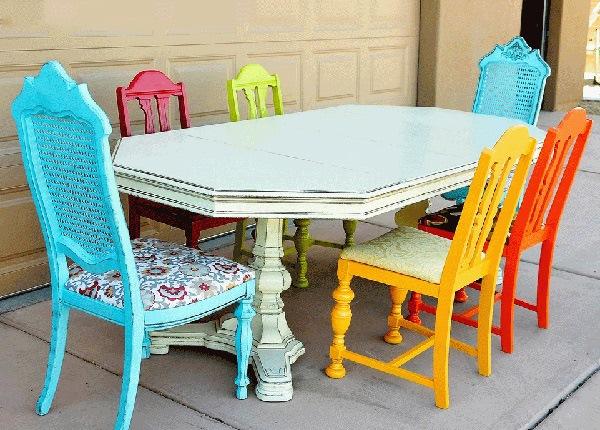 Seperti kebanyakan ruang makan memakai warna coklat Desain Ruang Makan Dengan Set Bangku Warna-Warni