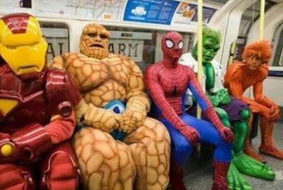 Super héroes en el metro