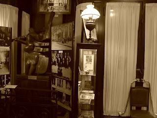 Objetos Antigos Expostos no Gran Café Tortoni, em Buenos Aires