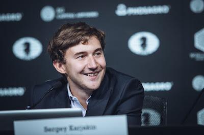 Karjakin sonriente en la rueda de prensa tras vencer a Carlsen