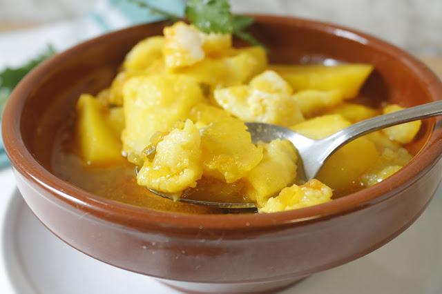 Guiso de patatas con bacalao con sabor a huerto - Bacalao guisado con patatas ...