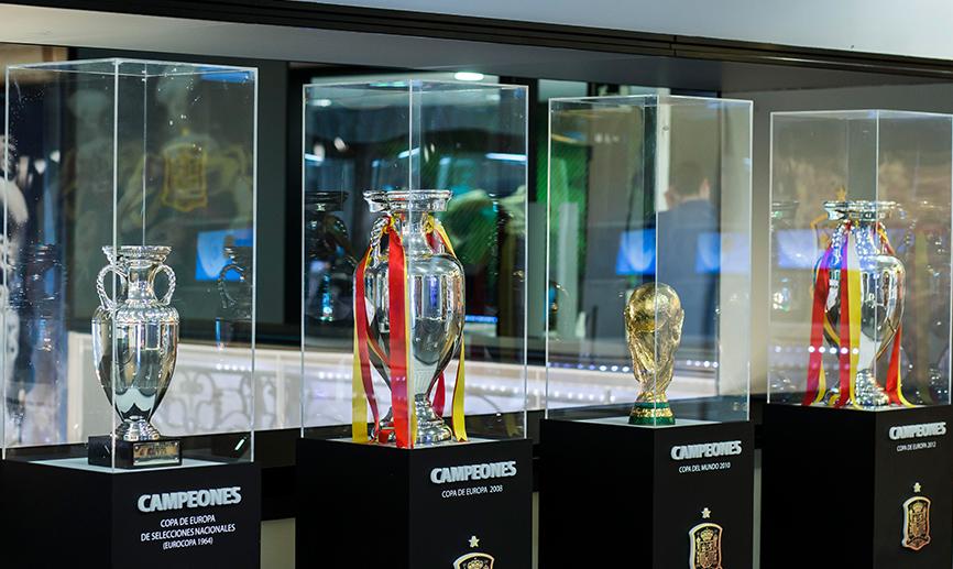 9102962914cf7 Os troféus conquistados pela Espanha são frequentemente expostos ao  público. Das 4 taças