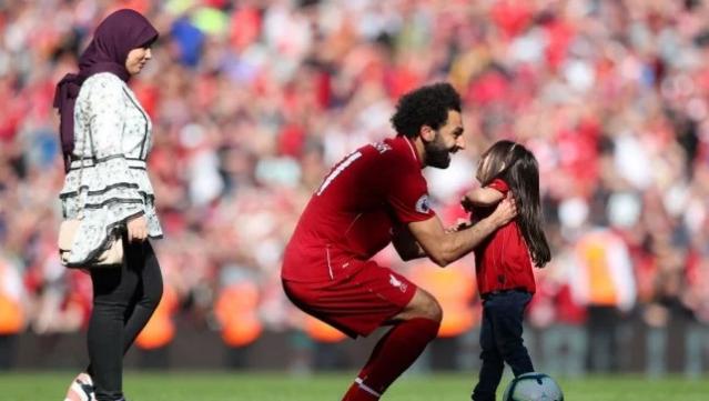 رسالة محمد صلاح لإبنته بعد حصده جائزة هداف البريمرليج