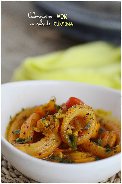 Calamares en wok con salsa de cúrcuma