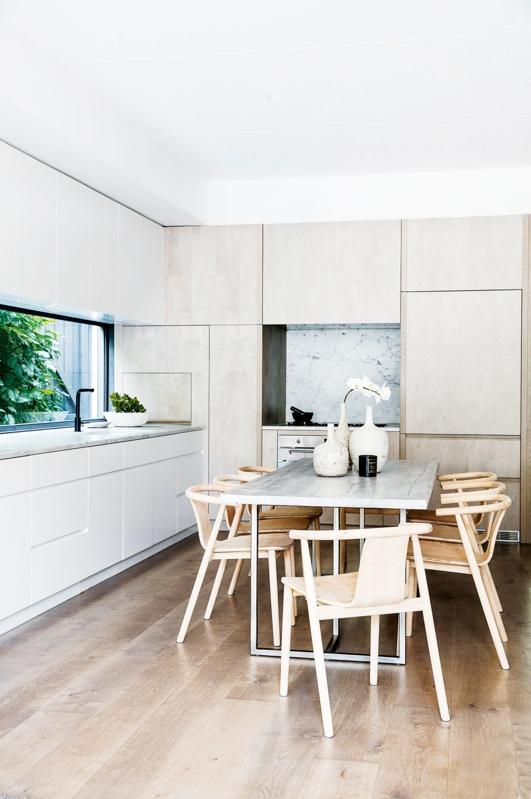 cocina minimalista con  mesa para comer