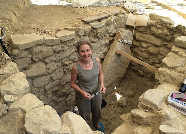 Bronze Age warrior tomb unearthed in SW Greece
