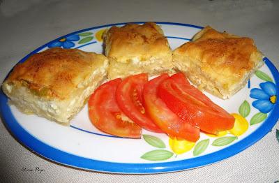 Πιατέλα με τρια κομματια τυροπιτα και φετες ντοματας