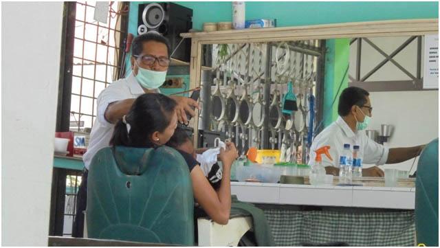 Profesi Pemangkas Rambut, Menempa Mahkota di Atas Kepala