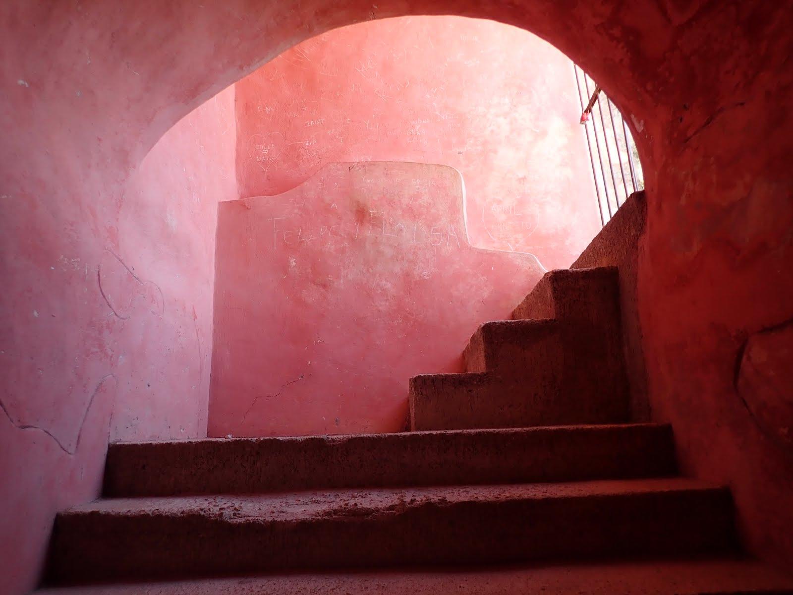 les escaliers roses de l'ancien couvent de san bernardino