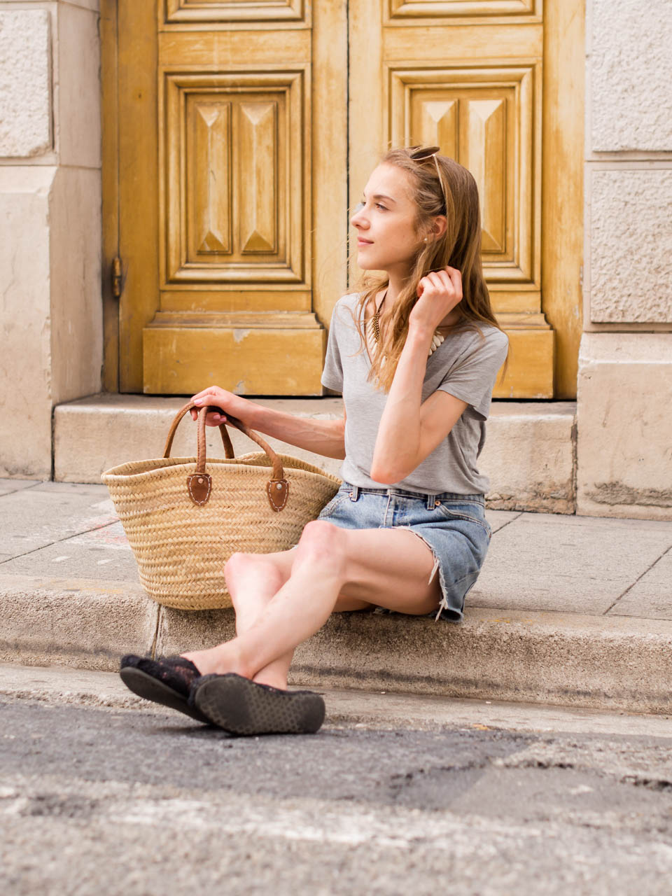 minimal-scandinavian-style-summer-outfit-levis-denim-shorts-basket-bag-in-nice-france-holiday-capsule-wardrobe