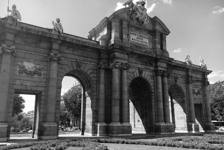 La Puerta de Alcalá de Madrid en blanco y negro